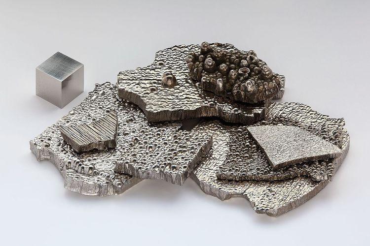 Kobalt_electrolytic_and_1cm3_cube.jpg